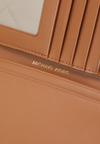 MICHAEL Michael Kors - BEDFORD TRAVEL PASSPORT WALLET - Lompakko - brown multi - 4