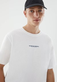 PULL&BEAR - WITH CONTRAST SLOGAN - Print T-shirt - white - 3
