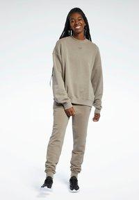 Reebok Classic - REEBOK CLASSICS NATURAL DYE OVERSIZE CREW DRESS - Sweatshirt - grey - 1