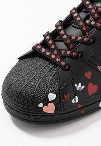 adidas Originals - 2020-02-01 SUPERSTAR  SHOES - Sneakers laag - core black/footwear white/glow pink - 2