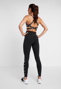 Nike Performance - RUN - Legginsy - black/white - 2