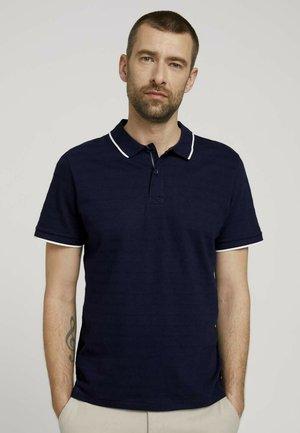 MIT STREIFENSTRUKTUR - Polo shirt - sailor blue