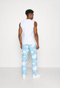 Mennace - CLOUD DYE - Straight leg -farkut - blue - 2