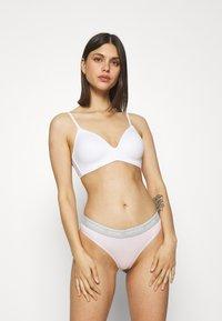Calvin Klein Underwear - THONG AVERAGE - Stringit - pearly pink - 1