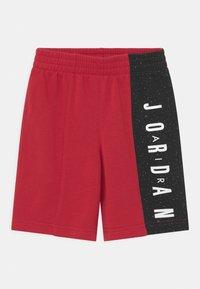 Jordan - BIG VERT SET - T-shirt med print - gym red - 2