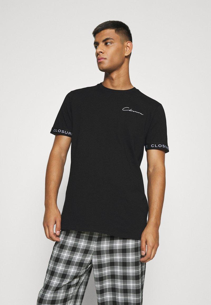 CLOSURE London - BRANDED CUFF TEE - T-shirt con stampa - black