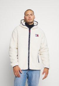 Tommy Jeans Plus - PLUS SHERPA ZIP THRU HOODIE - Fleece jacket - ecru - 0