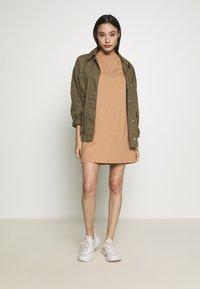 Missguided Petite - BASIC TSHIRT DRESS 2 PACK - Žerzejové šaty - black/tan - 0