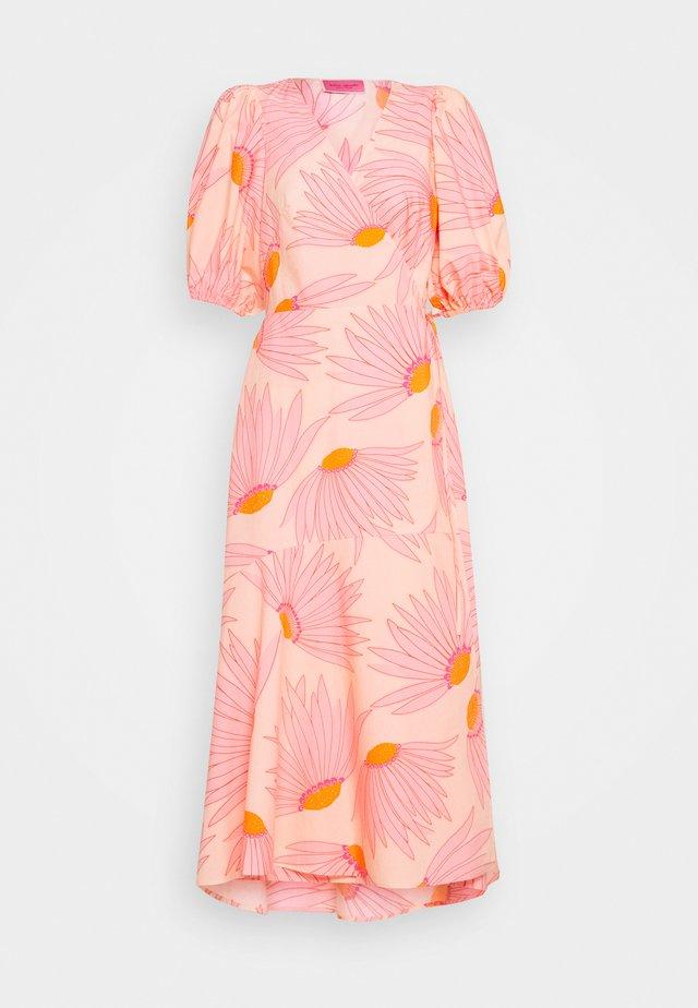 GRAND DAISY WRAP DRESS - Freizeitkleid - light guava juice