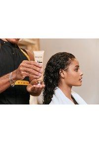 KÉRASTASE - CURL MANIFESTO CRÈME DE JOUR FONDAMENTALE - Hair treatment - - - 4
