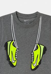 Nike Sportswear - SET - Print T-shirt - volt - 3