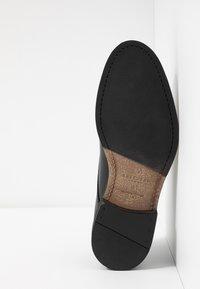 Selected Homme - SLHLOUIS DERBY SHOE - Smart lace-ups - black - 4