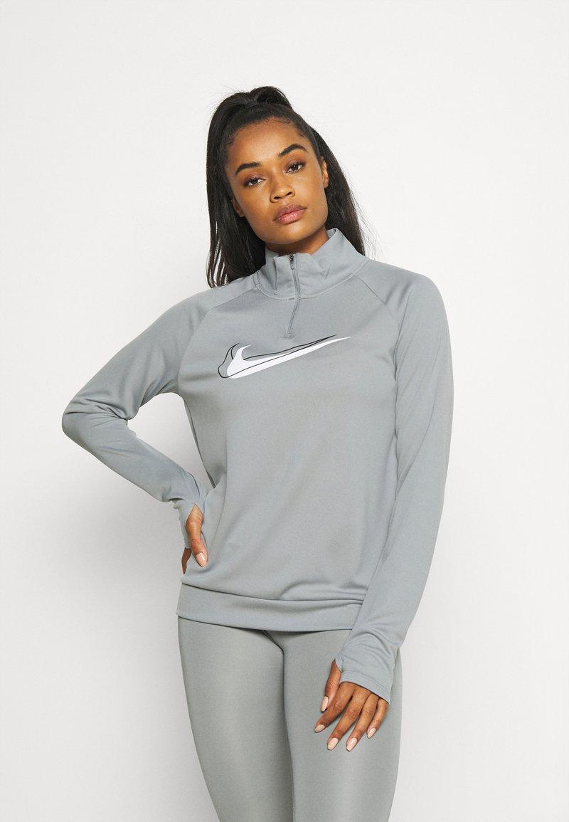 Nike Performance - RUN - Topper langermet - particle grey/white