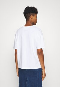 Superdry - SWISS LOGO OUTLINE BOXY TEE - Print T-shirt - optic - 2