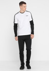 adidas Performance - 3 STRIPES SPORTS REGULAR PANTS - Träningsbyxor - black/white - 1