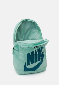 Nike Sportswear - ELEMENTAL UNISEX - Batoh - emerald green/geode teal - 2
