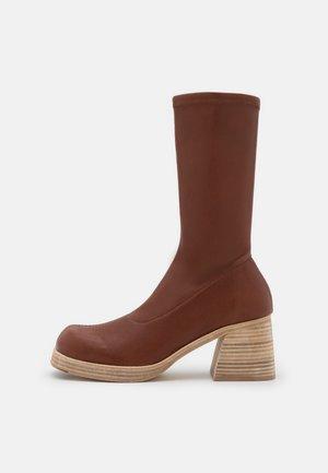 ELKE - Platform boots - brick
