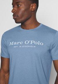 Marc O'Polo - SHORT SLEEVE ROUND NECK - Print T-shirt - riviera - 5