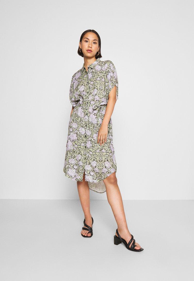 Monki - NINNI DRESS - Košilové šaty - green