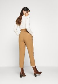 ONLY Petite - ONLSURI AINA PANTS - Trousers - toasted coconut - 2