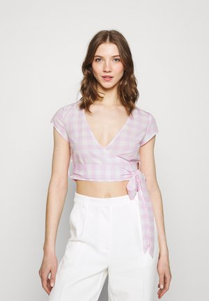 WRAP CROP TOP WITH TIE LOW VNECK AND SHORT SLEEVES - Print T-shirt - lilac gingham