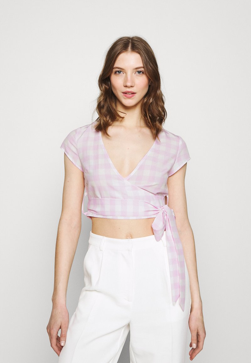 Glamorous - WRAP CROP TOP WITH TIE LOW VNECK AND SHORT SLEEVES - T-shirts med print - lilac gingham