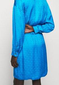 Pinko - DEGNO ABITO JACQUARD GEOMETRICO - Košilové šaty - light blue - 2