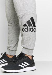 adidas Performance - MUST HAVES SPORT TAPERED SWEAT PANT - Pantalon de survêtement - grey - 5
