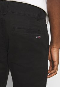 Tommy Jeans - SCANTON PANT - Chinosy - black - 4