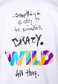 Nike Sportswear - TEE WILD - T-shirt con stampa - white - 3