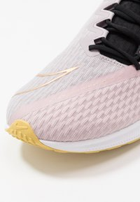Nike Performance - ZOOM RIVAL FLY 2 - Neutral running shoes - plum chalk/black/silver lilac/metallic gold/infinite gold - 5