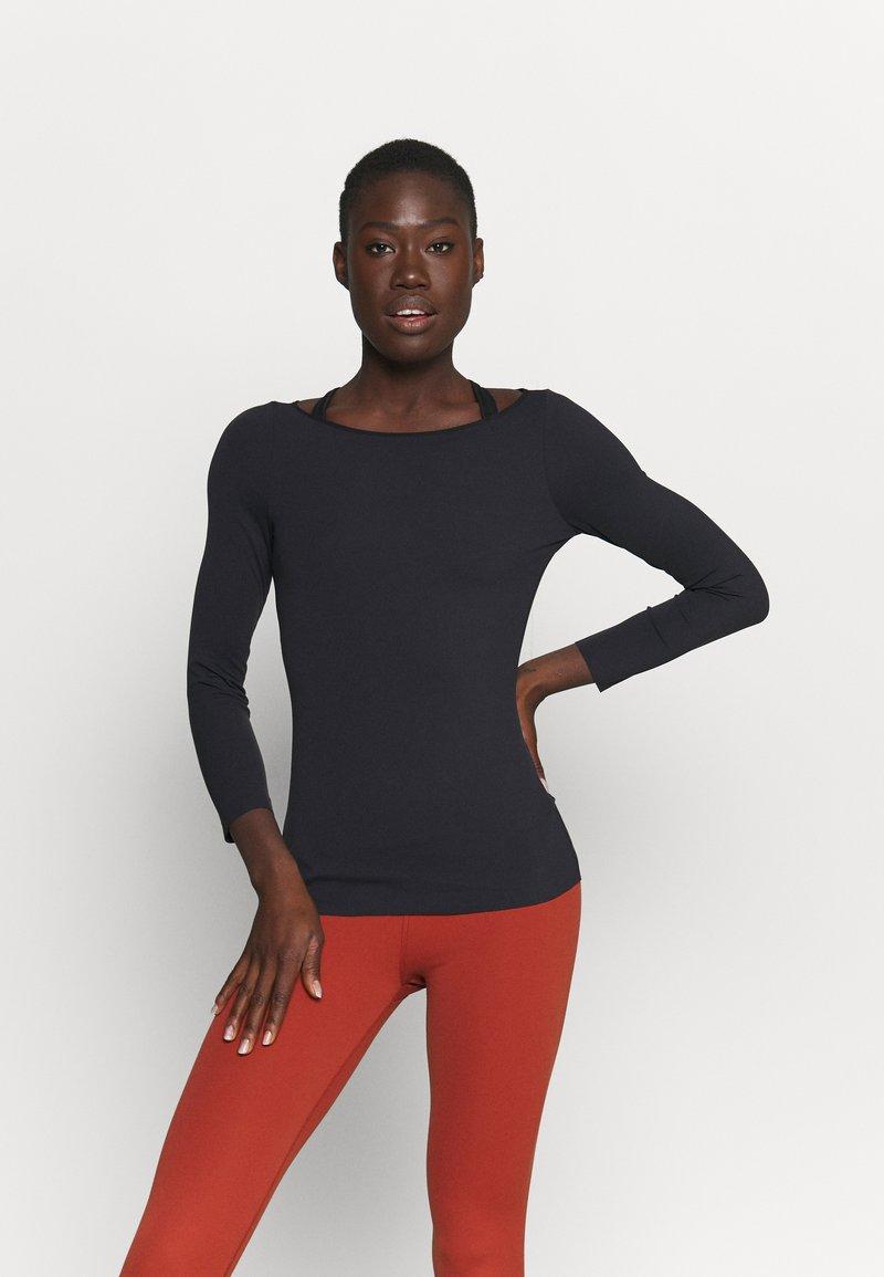 Nike Performance - THE YOGA LUXE - T-shirt sportiva - black/dark smoke grey