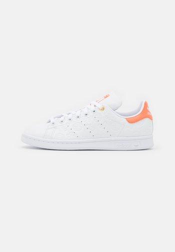 STAN SMITH - Zapatillas - footwear white/semi coral/chalk white