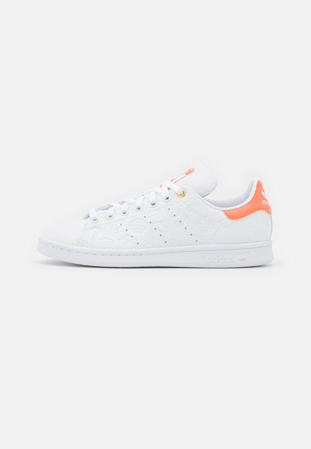 STAN SMITH - Sneakers basse - footwear white/semi coral/chalk white