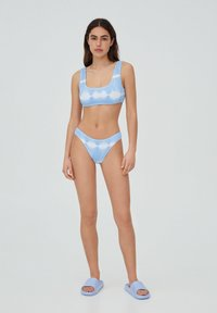 PULL&BEAR - MIT STREIFEN UND TEXTUR - Bikini top - light blue - 1