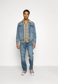 Wrangler - GREENSBORO - Straight leg jeans - blue fever - 1