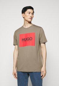 HUGO - DOLIVE - T-shirt imprimé - light/pastel brown - 0