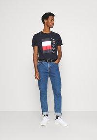Tommy Hilfiger - CORP STRIPE BOX TEE - T-shirt z nadrukiem - desert sky - 1