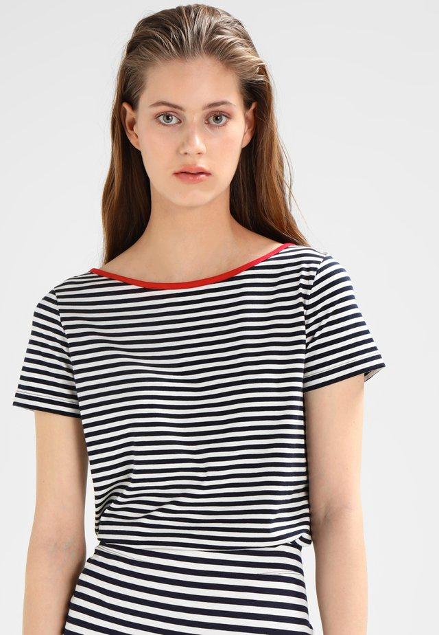 LUELLA - T-shirt z nadrukiem - navy/pearl