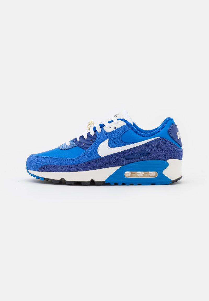Nike Sportswear - AIR MAX 90 SE - Sneakersy niskie - signal blue/white/game royal/deep royal blue/black/sail