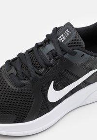 Nike Performance - RUN SWIFT 2 - Obuwie do biegania treningowe - black/white/dark smoke grey - 5