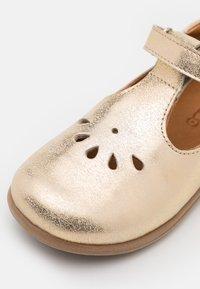 Froddo - GIGI - Ballerina's met enkelbandjes - gold - 5