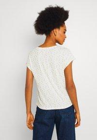 ONLY - ONLMANYA GLITTER V NECK  - Print T-shirt - cloud dancer - 0