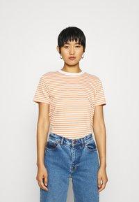 Selected Femme - PERFECT BOX CUT - Print T-shirt - bright white/caramel - 0