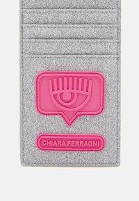 CHIARA FERRAGNI - EYELIKE GLITTER IPHONE CASE BAG - Portfel - silver - 3