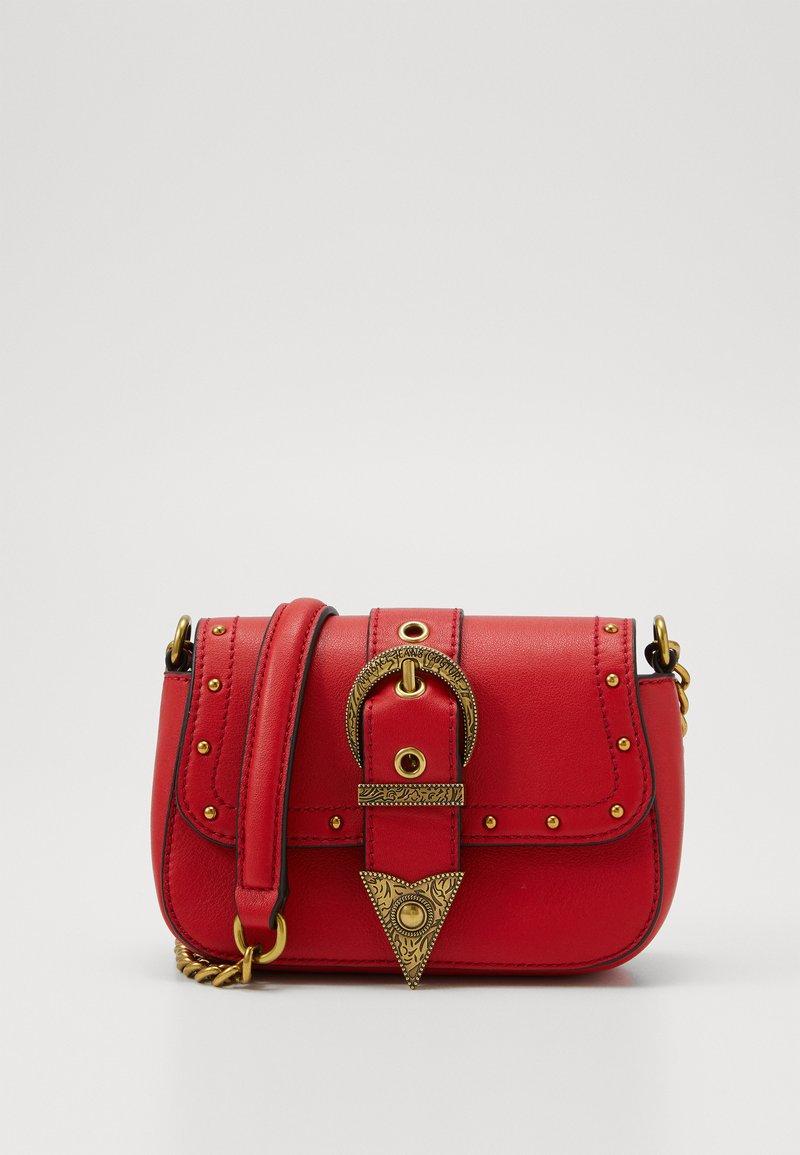 Versace Jeans Couture - DISCOBAGRODEO - Taška spříčným popruhem - rosso