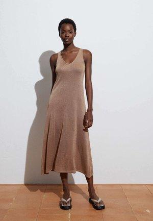 Pletené šaty - camel