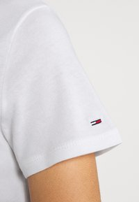 Tommy Jeans - METALLIC CORP LOGO TEE - T-shirt con stampa - white - 6