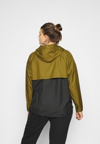 Nike Sportswear - PLUS - Kevyt takki - olive flak/black/white - 2