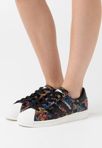adidas Originals - SUPERSTAR SPORTS INSPIRED SHOES - Baskets basses - core black/offwhite/red - 3